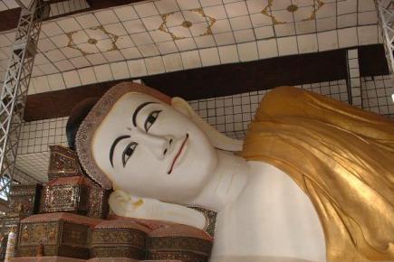 缅甸寺庙佛般涅槃像